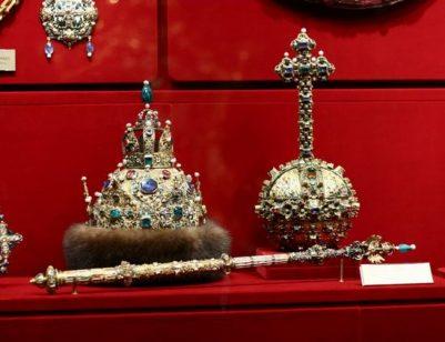 Čiapka Astrachánska. Vyrobená vroku 1627 pre Michaila Fiodoroviča, zakladateľa dynastie Romanovcov, na počesť dobytia Astrachánskeho chanátu.